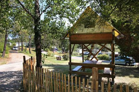 emplacement avec cabane tente perchée