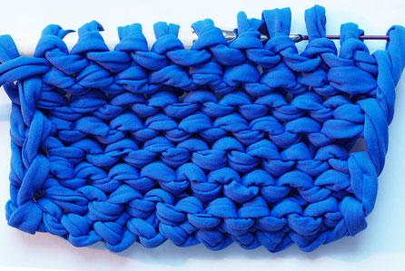 Rückseite: linke Maschen (kleine horizontale Bögen)