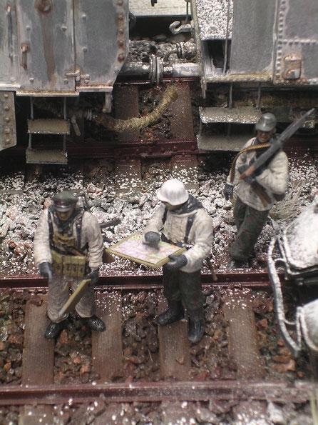 In ihren schmuztig-weissen Tarnuniformen verschmilzen die Begleitinfanteristen mit der Umgebung.