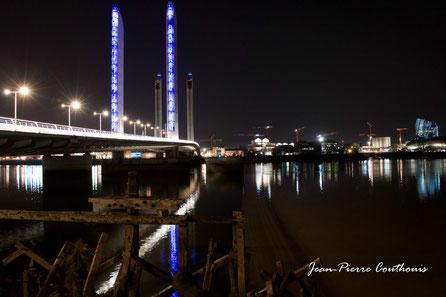 Extérieur nuit, le pont J. Chaban-Delmas, rive gauche de Bordeaux