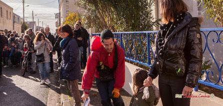 "Noël Folly (Collin Hill); ""Regards en biais""; Cie La Hurlante. Rue Olivier Tauzède, quartier de la glacière, Mérignac. Samedi 24 novembre 2018"