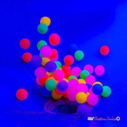 Au dessus d'une soufflerie, de petites balles s'entrechoquent. Photographie : Christian Coulais