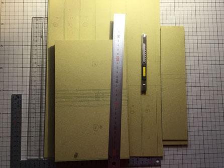 表紙の芯材です。厚い紙をカットカットカット。