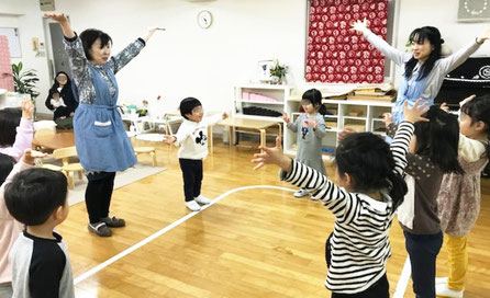 幼児教室の幼稚園児クラスの2020年初めてのレッスンで、リトミックに楽しく取り組みました