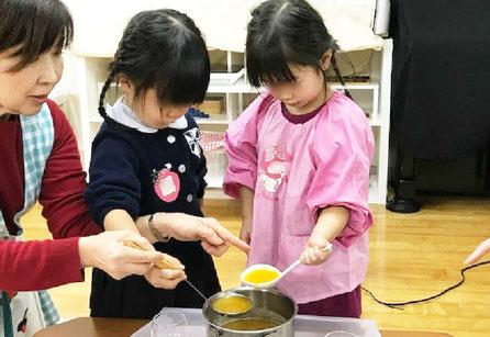 幼稚園児クラスのモンテッソーリの日常生活の活動で、みかんを使ったゼリー作りに挑戦。包丁や計量器、泡立て器などいろいろn調理器具を使いました。