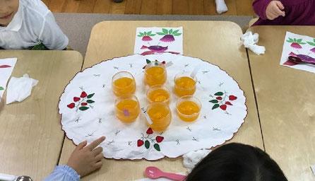 幼稚園児クラスのモンテッソーリの日常生活の活動で、みかんを使った本格的なゼリーをみんなで作りました。