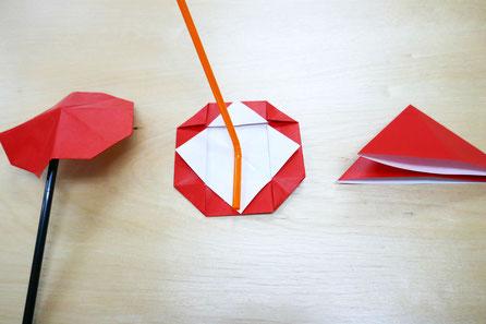 未就園児親子クラスのモンテッソーリ活動で、折り紙とストローを使って、カサを製作しました。