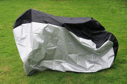 Holzpferd-Abdeckplane aus hochwertigem Polyester, die Schutz vor Regen und Schnee bietet.