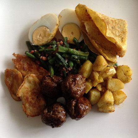 Pittige Surinaamse gehaktballetjes met roti, masala aardappels, kousenband, ei en gebakken banaan.