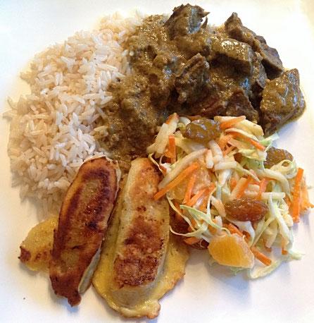Gulai Balak met rijst, tropische salade en gebakken banaan.