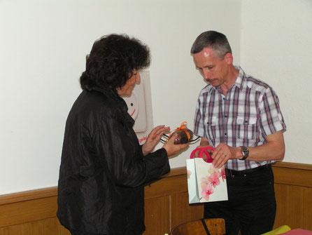 Edy Lütolf überreicht Bea Heim ein kleins Präsent