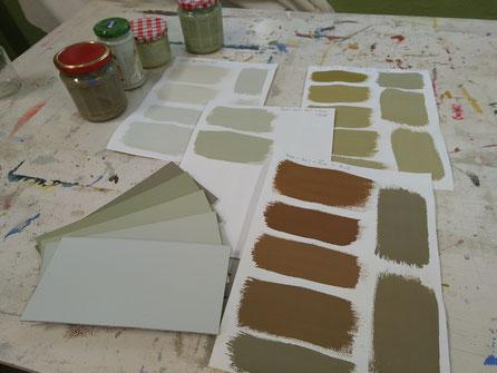 Fünf Farbtöne mit denselben Volltonfarben gemischt.