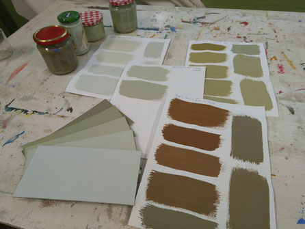 Farbpalette mit fünf Farbnuancen, aus denselben Volltonfarben gemischt.