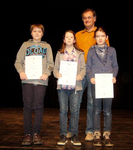 Die Erst- und Zweitplatzierten des KvGGs mit ihrem Lehrer Herrn Lauks