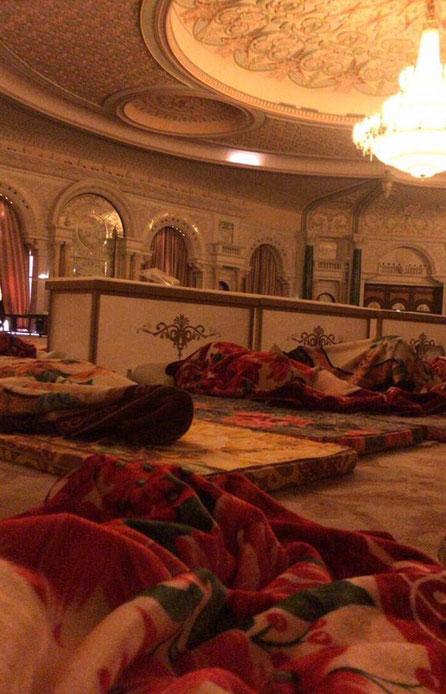 La salle de Bal B, transformée en dortoir avec matelas à même le sol.