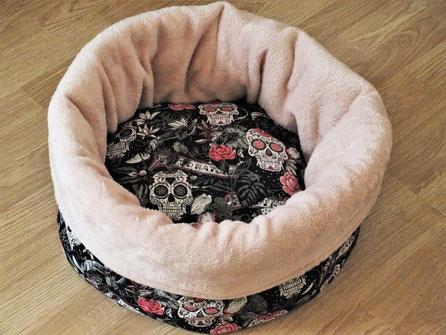 Katzenbett Kuschelsack Skulls auf schwarzem Grund Kuschelfleece rosa