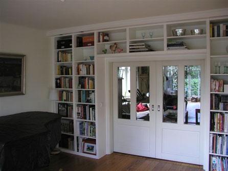 Schrankwand mit Überbau der Tür