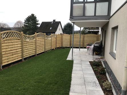 Sichtschutz Holzzaun Rollrasen Terrasse