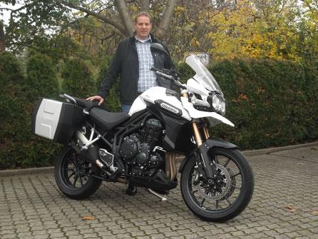 Wolfgang Thoma mit seiner neuen TRIUMPH Explorer ABS. Das Dreispitz-Team wünscht viel Spaß und gute Fahrt!