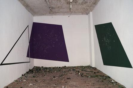 Sophie Innmann: ANT AGR BER / 2021 / 3 verschieden farbige Wurfflächen, jeweils eine für jede Glasfarbe  / Wurfhandlungen der BesucherInnen mit selbst mitgebrachtem Altglas / Maße variabel