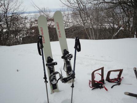 山頂から旧スキーコースが数本確認出来る