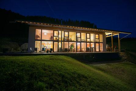 """Strohballenhaus mit Ferienwohnung """"by night"""""""