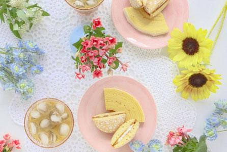 バームクーヘンとアイスミルクティーでティーパーティ。夏の花たち。