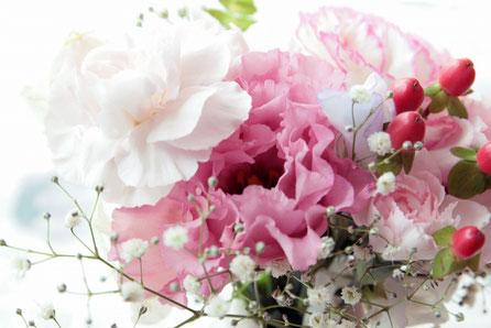 ピンクのカーネーション、バラ、桜、カスミソウのブーケ。春はもうすぐ。