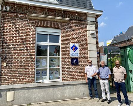 De gauche à droite sur la photo : Didier VANDENKERCKHOVE (Conseiller délégué aux Droits, à l'Autonomie et à la Sensibilisation aux Handicaps), Alain FRUCHART (Président de l'Office de Tourisme) et Abderrahman RABZANE (Chargé de missions Handicap - Mairie)