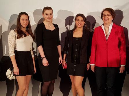 Luisa Weinzierl, Michaela Rein und Patricia Berkmann (v.l.n.r) mit Bürgermeisterin Christine Strobl