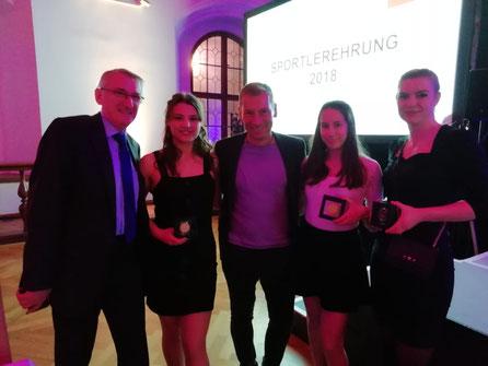 Unsere drei Athletinnen mit Vereinsvorstand Horst Staimer (links) und BR Moderator Markus Othmer (mitte)