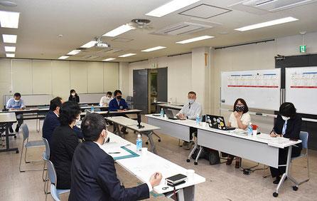 区役所の会議室で行われた今回の「つなぎ塾トーク」は、職員の聴講も可能という形で開催した