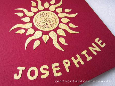 Gästebuch Taufe Hardcovereinband Buchbindeleinen dunkelrot Einbandgestaltung Applikation Sonne gelb mit Taufsymbol, Buchstaben-Applikationen Name gelb