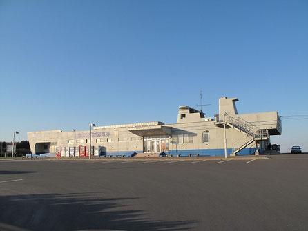 17:25 道の駅 マリーンアイランド岡島 船の形をしている。既に閉店しているが