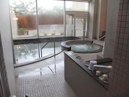 他のお客さんがいなかったので、ちょいと撮影。露天風呂もある。