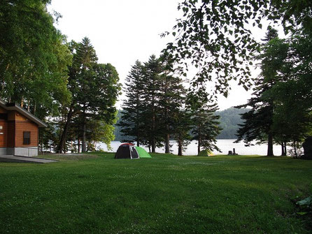 キャンプ場の様子。私の他に若い夫婦二組がテントを張っている。