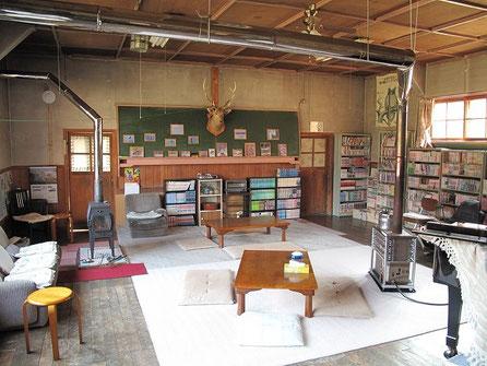 談話室には沢山の漫画やアウトドア関係の雑誌があり、1時間ほどソファーに座り読書にふけってしまった。読んだ本は「ヒグマの生態」今後の参考にすべく。。