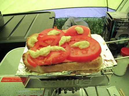 4:00 食パンにトマトを載せて、タルタルソースをかけて食べる。これが旨いのさ・・
