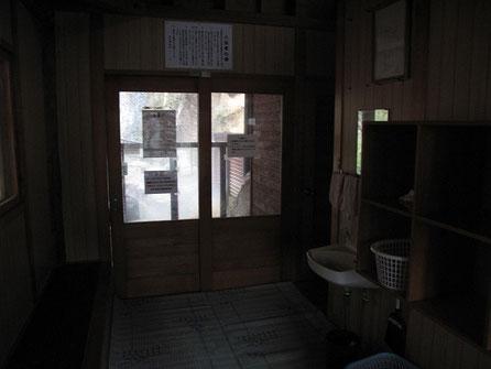 男女別の脱衣所。トイレもあります。