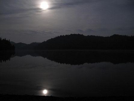 AM 0:26 真夜中、月の明かりだけのチミケップ湖。