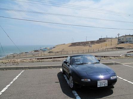 仕方が無いので近くの駐車場で記念撮影。後方が襟裳岬です。