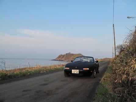 5:43 後方にアルトリ岬が見える。あの高台でキャンプをした。