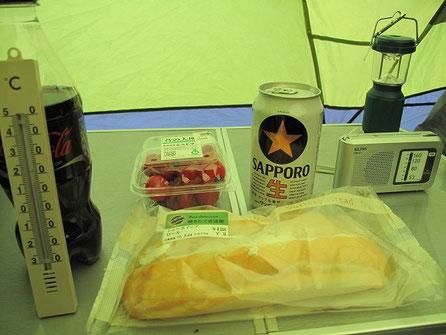 18:46 ミニトマトやパンを食べ、ビールを飲み、ラジオを聴く。温度は16度