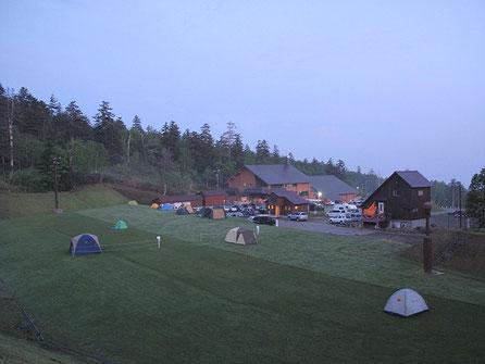 適当にその辺をカメラ片手に散歩。私のテントはずーっと向こうの端っこの黄緑色のテント。
