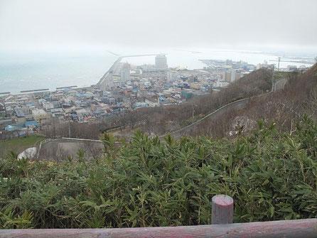 下る途中で稚内港、北防波堤が見える。