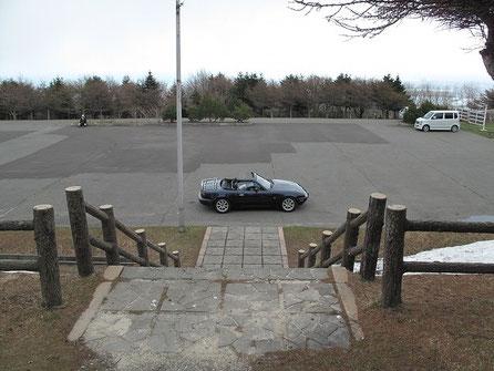 サイト側から駐車場を見る。