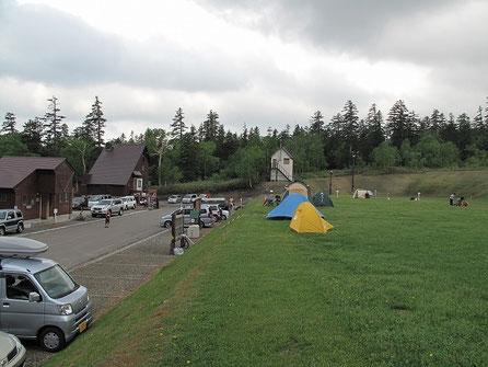 ここら辺にテントを設営する事に。結構人で賑わっている。テントサイトは駐車場から一段高い位置にある。