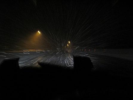猛吹雪で苦しむ