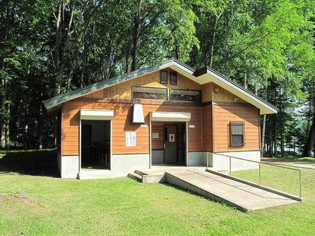この山奥の小さなキャンプ場には過剰なほど立派なトイレ&炊事場