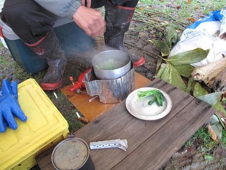 先ほどの方に小豆菜を茹でてもらった。